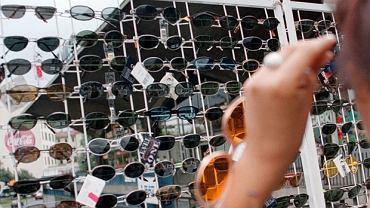 Uliczne stoisko z okularami