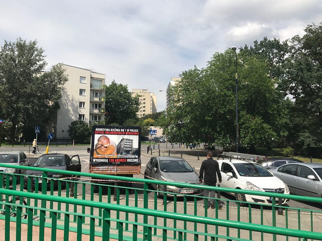 Samochód Fundacji Pro - Prawo do Życia pod szpitalem