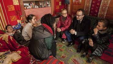 Adam Bodnar na spotkaniu w koczowisku Romów w Poznaniu (fot. Łukasz Cynalewski/AG)