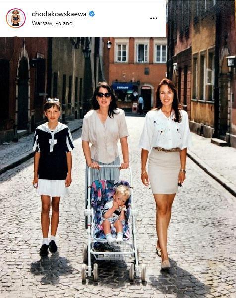 Ewa Chodakowska na spacerze z siostrami.