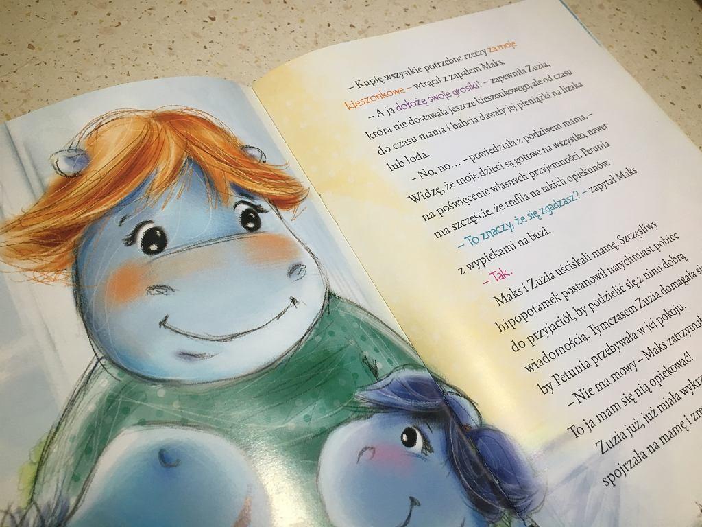 Ilustracje i kolorowe wyrazy przyciągają dzieci.