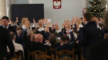 Głosowanie posłów PiS podczas posiedzenia przeniesionego do Sali Kolumnowej Sejmu. Warszawa, 16 grudnia 2016