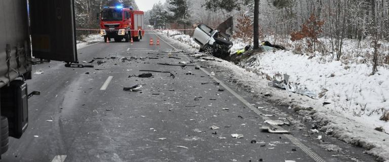 Tragiczny wypadek na Śląsku. Kierowca osobówki wjechał w ciężarówkę