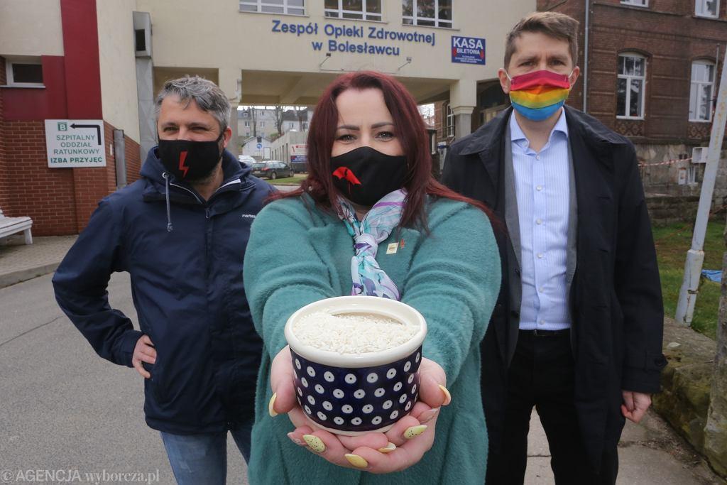 Protest Strajku Kobiet przed szpitalem w Bolesławcu, 19.04.2021.