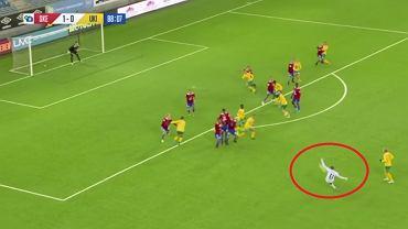 Niesamowity gol bramkarza z rzutu wolnego w końcówce meczu. Zwycięstwo w ostatnich sekundach