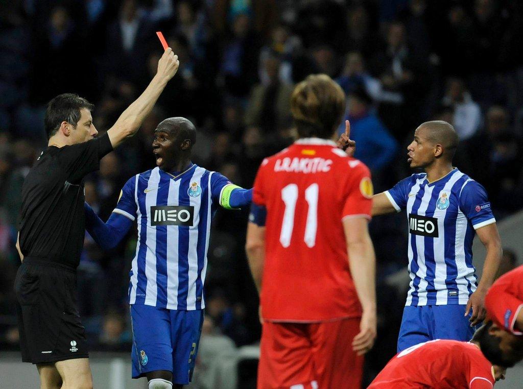 Fernando ogląda czerwoną kartkę. Obok sędziego Eliaquim Mangala