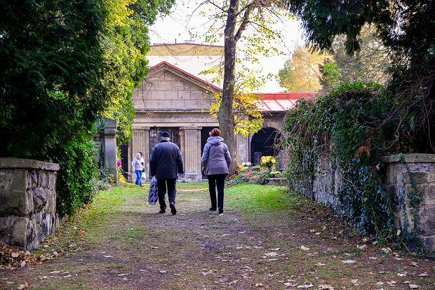 Zdjęcie numer 22 w galerii - 1 listopada w Bielsku-Białej. Kwiaty, wieńce i znicze na grobach [ZDJĘCIA]