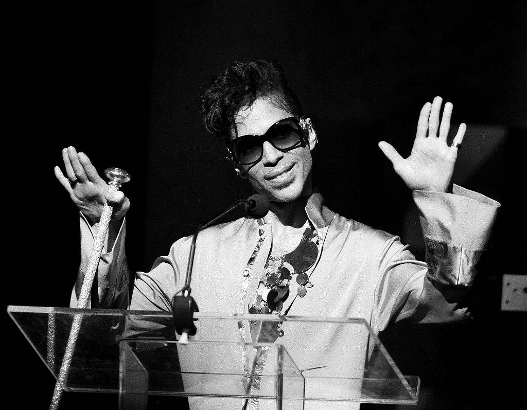 Prince gestures on stage during Apollo Theatres 75th anniversary gala in New York / Lucas Jackson / Reuters