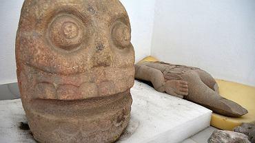 Kamienna głowa boga Xipe Toteka, 'obdarta' ze skóry