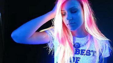 Nowy trend - neonowe włosy, które świecą w ciemności.
