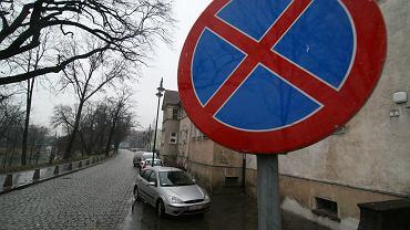 Utrudnienia w Warszawie aż do piątku. Zakazy parkowania i ruch wyłączony nawet dla pieszych
