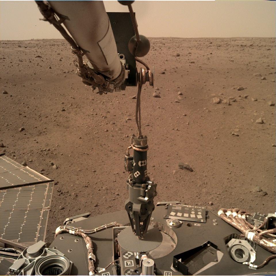 Ramię robotyczne sondy InSight już chwyciło Kreta. Za chwilę ustawi go na powierzchni Marsa