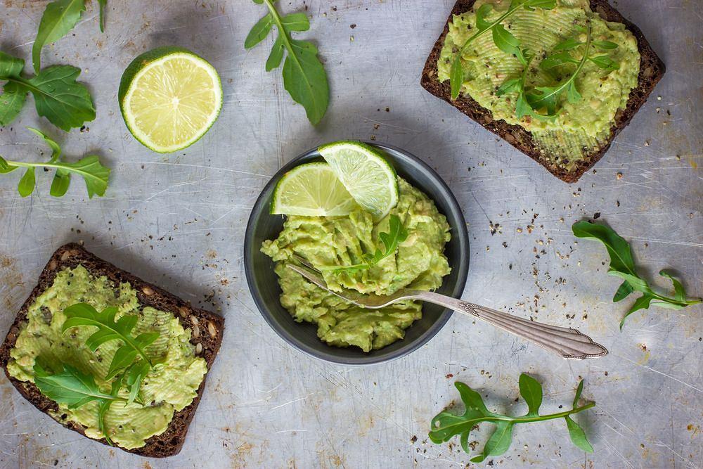 Guacamole możemy wzbogacić drobno posiekaną papryką, ostrą papryką lub dowolnego rodzaju cebulą