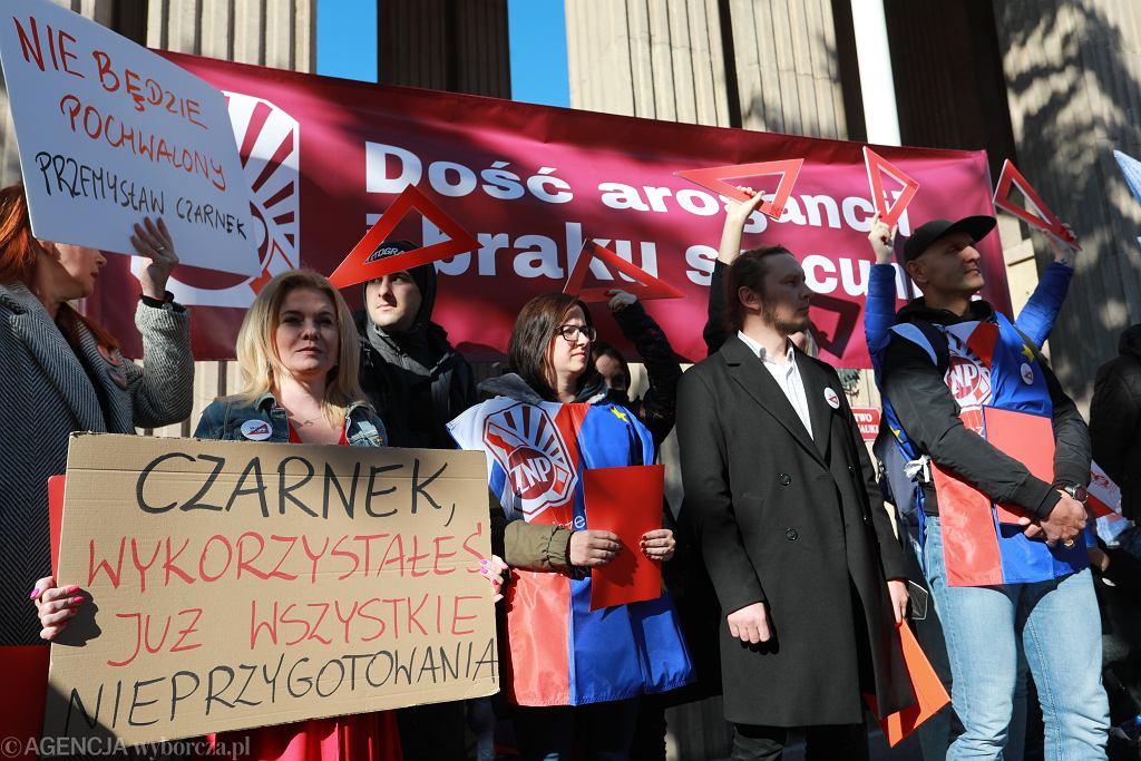 Protest nauczycieli i pracowników oświaty pod Ministerstwem Edukacji