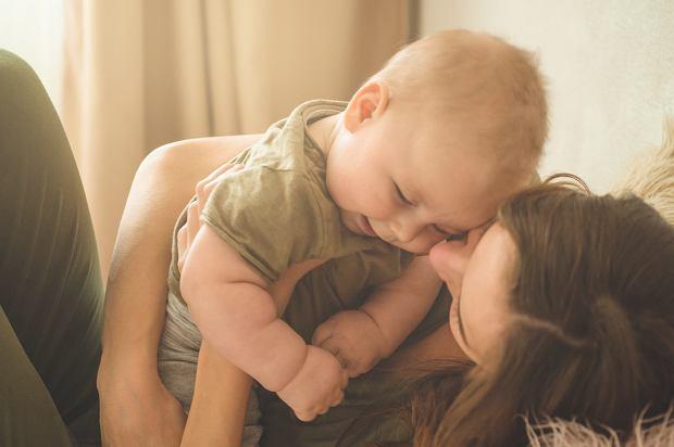 Mama pracująca w 2021 roku. Prawa, świadczenia, urlopy. Na co może liczyć mama?