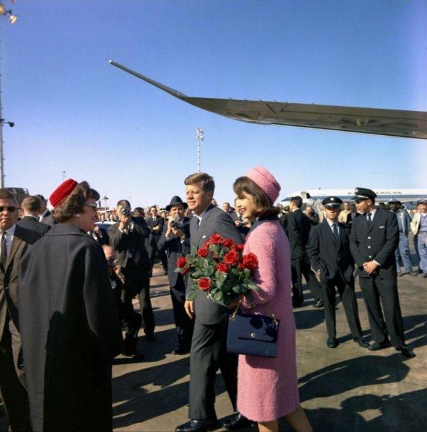 Jackie Kennedy w słynnym różowym kostiumie (fot. manhhai / http://bit.ly/1SNeMEP / CC BY / http://bit.ly/1mhaR6e)