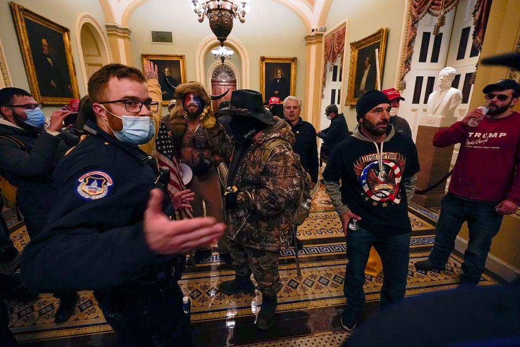 Zwolennicy Trumpa wtargnęli na teren Kapitolu. Podczas zatwierdzania wyników wyborów