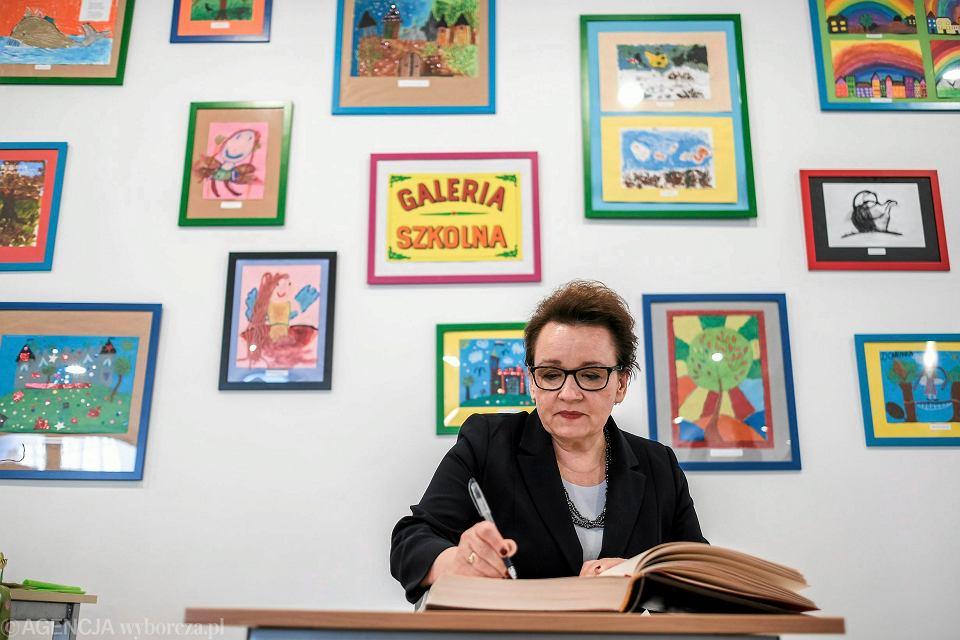 Minister edukacji w rządzie PiS Anna Zalewska z gospodarską wizytą w jednej z rzeszowskich podstawówek. 20 marca 2017