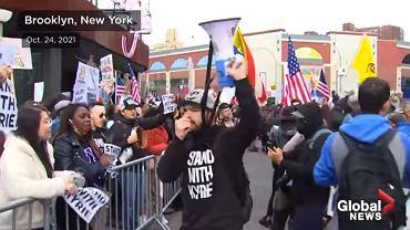 Antyszczepionkowcy protestujący pod halą Barclays Center