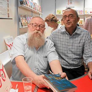 Jerzy Bralczyk  i Michał Ogórek podpisują książki podczas warszawskich targów książki