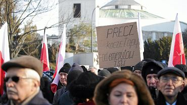 Demonstracja przeciw obniżeniu emerytur służbom mundurowym. Warszawa, 12 grudnia 2016