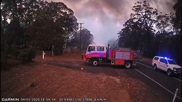 Australia. Strażacy musieli uciekać przed pożarem. Opublikowali nagranie