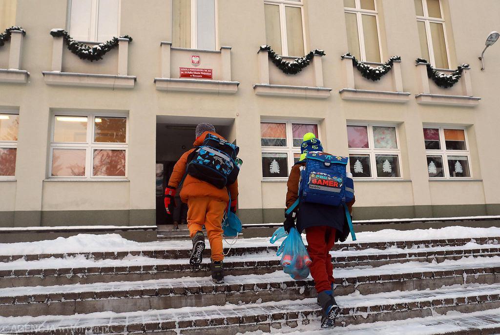 Powrót dzieci z klas I-III do szkół w Warszawie po zimowym lockdownie, spowodowanym pandemią koronawirusa