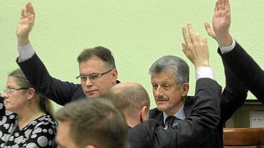 Posłowie Krystyna Pawłowicz, Arkadiusz Mularczyk i Stanisław Piotrowicz głosują nad poprawkami PiS podczas posiedzenia komisji ustawodawczej. Wszystkie poprawki przeszły