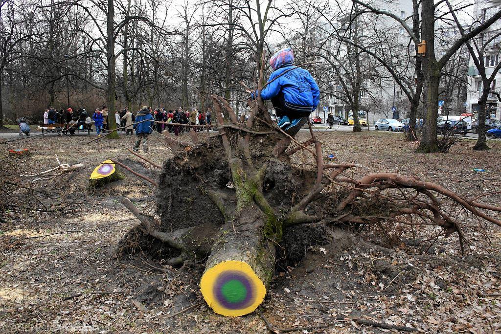 / Happening Matki Polki Na Wyrębie w parku Rydza-Śmigłego - protest przeciwko wycince drzew. Fot. Jacek Marczewski / Agencja Gazeta