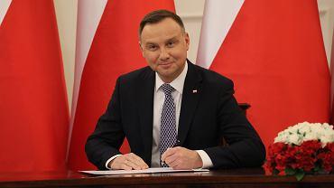 Prezydent Andrzej Duda podczas podpisania ustawy o 13. emeryturze