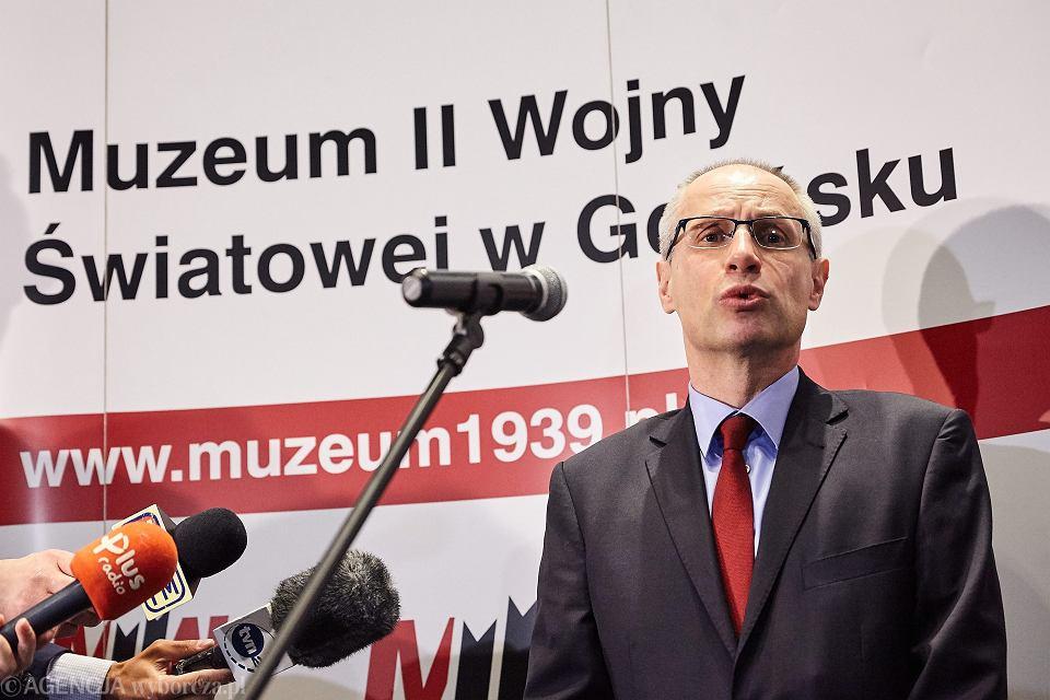 Dyrektor muzeum Paweł Machcewicz podczas konferencji prasowej poprzedzajacej uroczyste otwarcie wystawy stałej muzeum