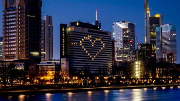Pandemia koronawirusa. Serce ze świateł w pokojach opustoszałego hotelu w bankowej dzielnicy Frankfurtu. Niemcy, 22 marca 2020