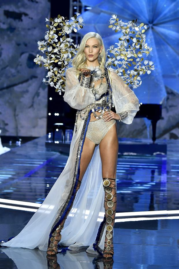 Amerykańska top modelka Karlie Kloss na wybiegu Victoria's Secret w Szanghaju. Kloss to supergwiazda high fashion i były Aniołek - sama wypowiedziała ten gwiazdorski kontrakt, podobnie jak Polka JAC