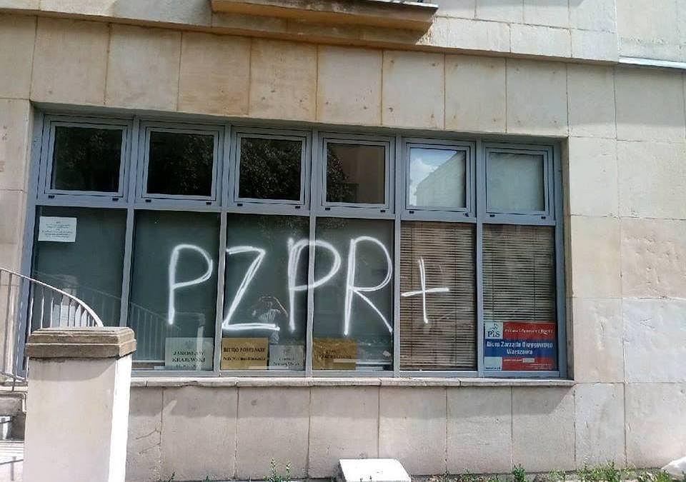 Napis 'PZPR+' na budynku warszawskiego PiS