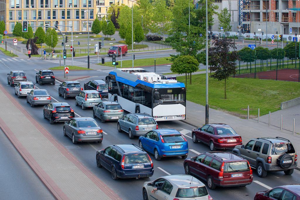 Korzystanie z transportu zbiorowego oznacza mniej samochodów w centrach miast