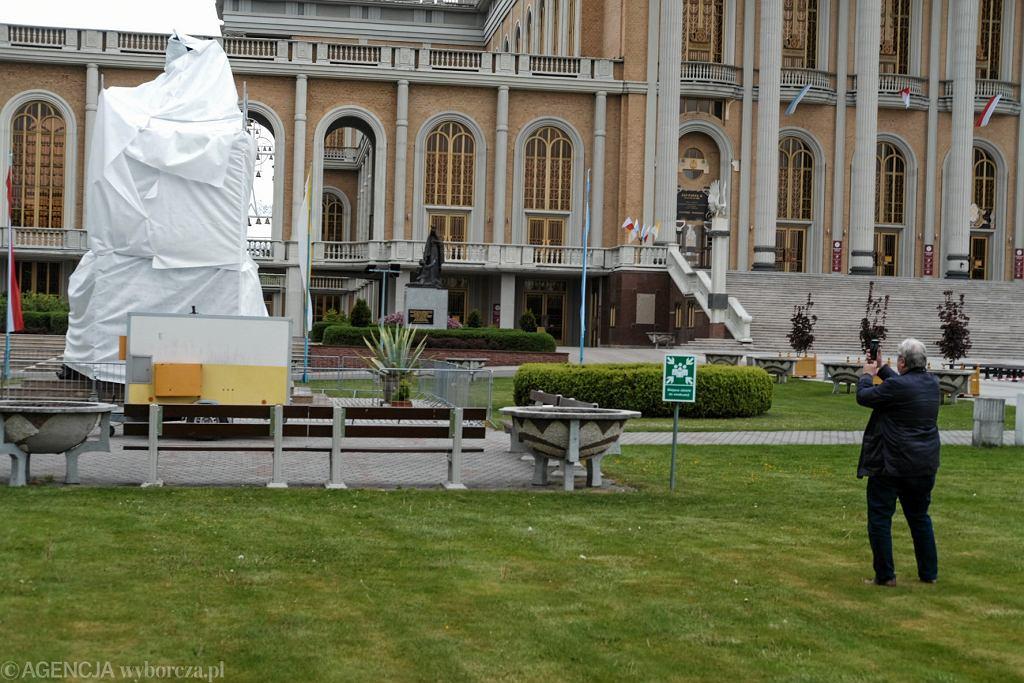 Licheń. Pomnik papieża Jana Pawła II z księdzem Eugeniuszem Makulskim zasłonięty po emisji filmu 'Tylko nie mów nikomu'