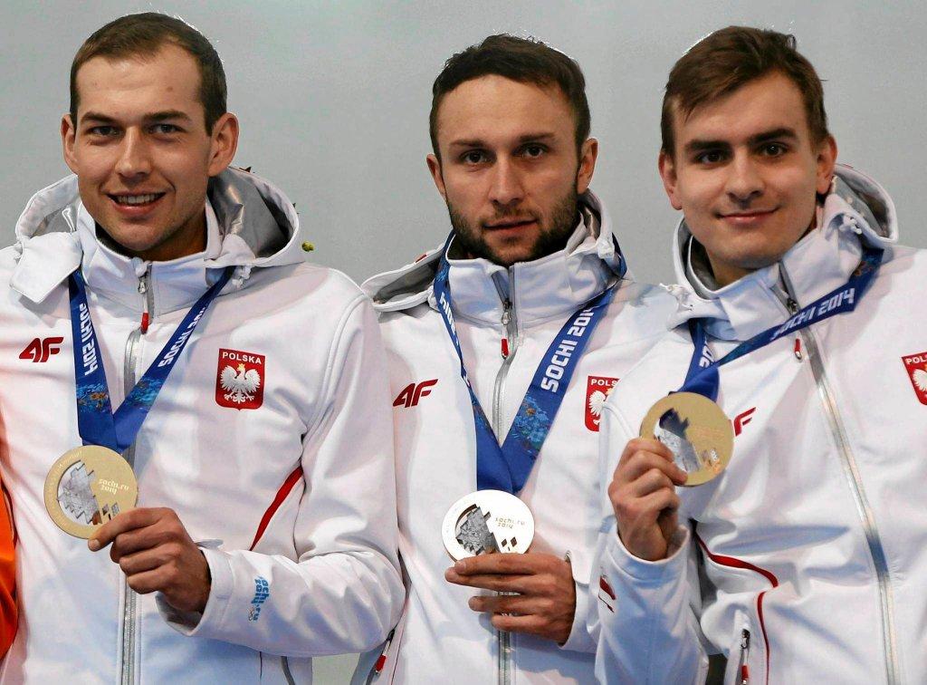 Męska drużyna zdobyła brąz - od lewej prezentują medale Zbigniew Bródka, Konrad Niedźwiedzki i Jan Szymański
