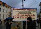 """W Kościele msza w intencji ofiar, a obok transparenty: """"Czas oczyścić Polskę z POpłuczyn!"""""""