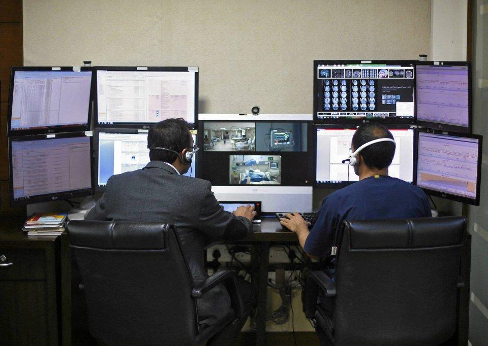 Lekarze zdalnie monitorują pacjentów na oddziale intensywnej opieki medycznej w szpitalu Fortis w New Delhi