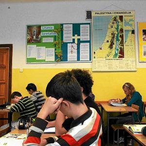 Dramatyczna sytuacja w polskich szkołach. Lekcje zaczynają się o 7.10, kończą o 18.50. Na ostatniej matematyka
