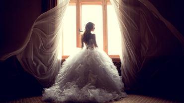 Suknia ślubna dla niskiej osoby. Zdjęcie ilustracyjne