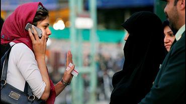 Ulica w centrum Teheranu. Interwencja służb wobec kobiety nie dość dobrze zasłaniającej włosy...