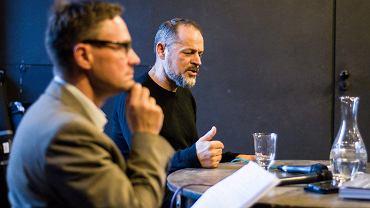 """Debata w cyklu """"Wyborcza na Żywo"""" w Teatrze NN. Paweł Wroński rozmawia z prof. Rafałem Wnukiem o tym """"Jak zapamiętamy II Wojnę Światową"""""""