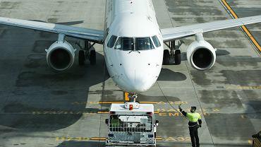 Koronawirus. Wszyscy pasażerowie samolotu przeszli testy na obecność koronawirusa (zdjęcie ilustracyjne)