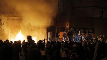 Podczas trzeciej nocy zamieszek w Minneapolis podpalono komisariat policji
