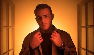 """Po sukcesie """"Światłocieni"""" (złoty singiel; ponad 2,3 mln odsłon na Spotify; prawie 4 mln odsłon na YouTube), Ochman prezentuje angielską wersję tego utworu: """"Lights In The Dark""""."""