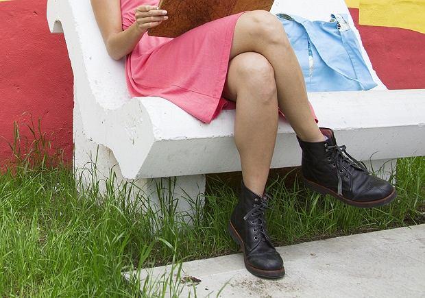 Zakładanie nogi na nogę podczas siedzenia sprzyja wystąpieniu parestezji