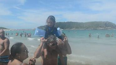 Kilkuletnia dziewczynka zgubiła się na plaży. Plażowicze bardzo szybko jej pomogli. Zaczęli klaskać