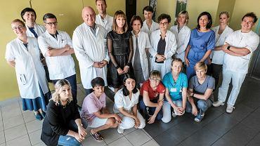 Prof. Wojciech Golusiński (stoi czwarty z lewej) z zespołem lekarzy, pielęgniarek, rehabilitantów i psychologów z Kliniki Chirurgii Głowy, Szyi i Onkologii Laryngologicznej w Wielkopolskim Centrum Onkologii