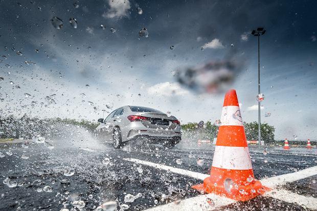 Systemy bezpieczeństwa w praktyce | Mercedes-Benz Safety Experience